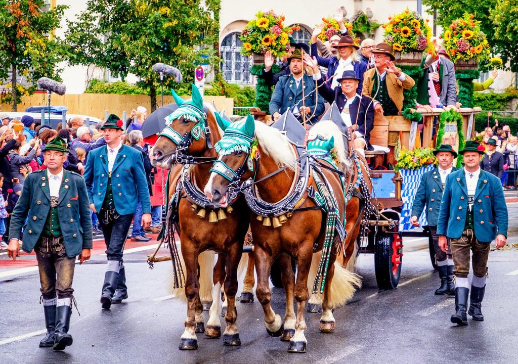 Planning_Oktoberfest_Parade_shutterstock_716286805.jpg