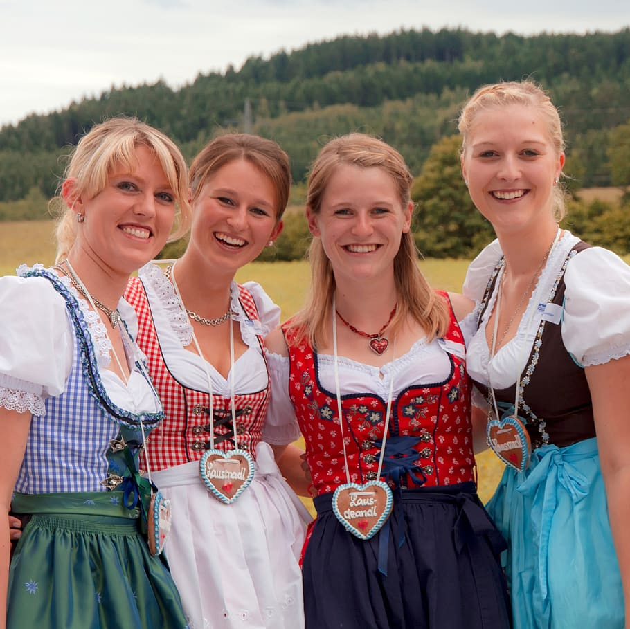 dirndl-girlfriends-costume-oktoberfest