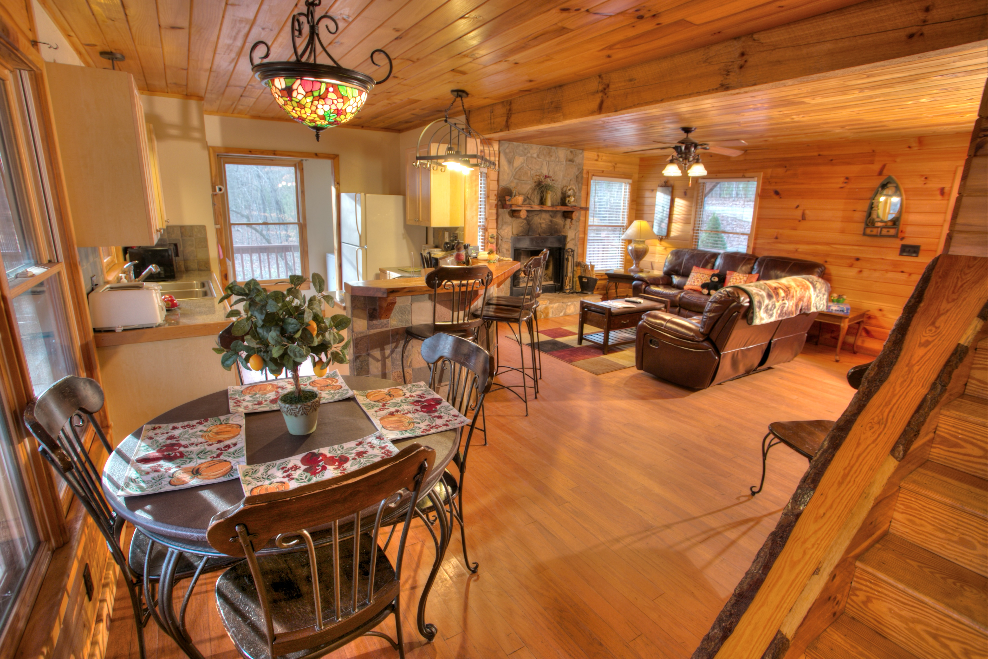 trout-lily-cabin-helen-ga-dining-area